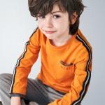 Блуза за момче с цветни кантове на ръкавите