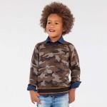 Пуловер с камуфлажна щампа за момче
